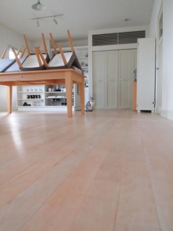 ラグを乾かしている間に、床掃除も! ラグを敷いていると、なかなか出来ない床全体のお掃除をしておきましょう。