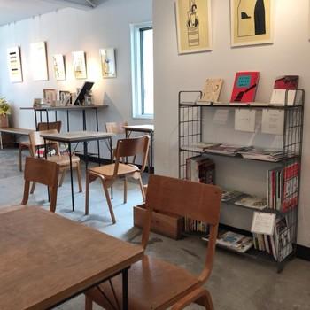 コーヒーは上井草駅近くのコーヒースタンド「スロープ」へ。シンプルだけどとっても素敵な店内。イートインもおすすめですよ。