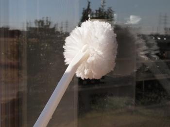 「柔らかいトイレブラシ」 窓拭きで意外に役立つトイレブラシ。水だけで汚れが落ち、便器を傷つけない柔らかいタイプを選んで下さい。取っ手が長いところも窓掃除に最適。  ブラシを水に浸し、窓をまんべんなく撫でるだけ。簡単に汚れが落ちて、洗剤もホースも不要。 スクィージーで水切りをしながらお掃除すれば、筋も残らず一度でピカピカに。  窓の桟もこのブラシで。柔らかいので細かい所も簡単にキレイになります。