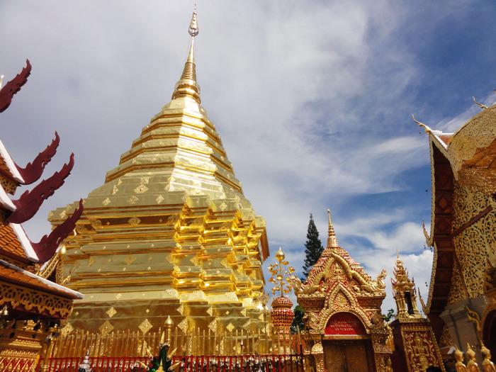 「イーペン祭」は、タイ第二の都市・チェンマイで開かれます。チェンマイは、首都バンコクからは飛行機で1時間15分程の距離にあって、歴史あるお寺や建造物のある古都。日本でいうと京都のようなイメージかもしれません。