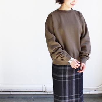 たっぷりとしたサイズ感と長めの袖で、今年っぽいシルエットを楽しめるプルオーバースウェット。絶妙な丈感ときゅっとしまった袖口のおかげで、リラックスしながらもキレイめな雰囲気が漂います。