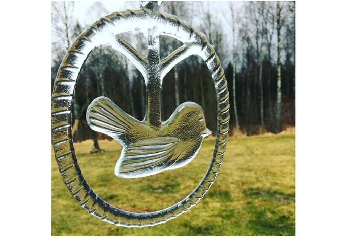 コスタ・ボダ社の前身・ボダ社製。世界的ガラスデザイナー・B・ヴァリーンによるクリスタル製の窓飾りです。神秘的な作風で知られるヴァリーンですが、とぼけたような鳥さんに親しみを感じますね。