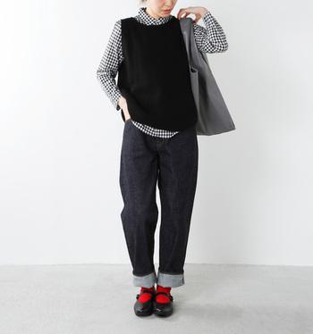 ギンガムチェックのシャツを合わせた、少年っぽいスタイリングが可愛い♪ブラックを基調とした落ち着いたトーンでまとめることで、可愛らしすぎない落ち着いた印象にまとめています。ワンポイントとして、真っ赤な靴下をのぞかせているのがオシャレ◎。