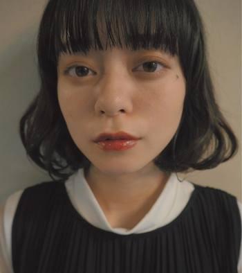 女の子らしいワンカールのボブも、ダークレッドリップでグッと大人な雰囲気に。 アイメイクはナチュラルなのでダークレッドが素敵に映えていますね。