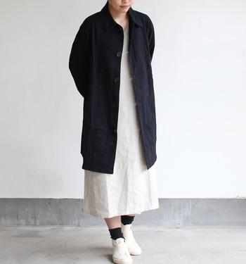 ヴィンテージライクな佇まいに惹かれるワークコート。しっかりとした生地感でラインもキレイですが、程よい柔らかさも持っていて着心地も楽チン♪ロングシーズン着回せて、パンツ・スカートにも合わせやすい、使い勝手バツグンの一枚です。