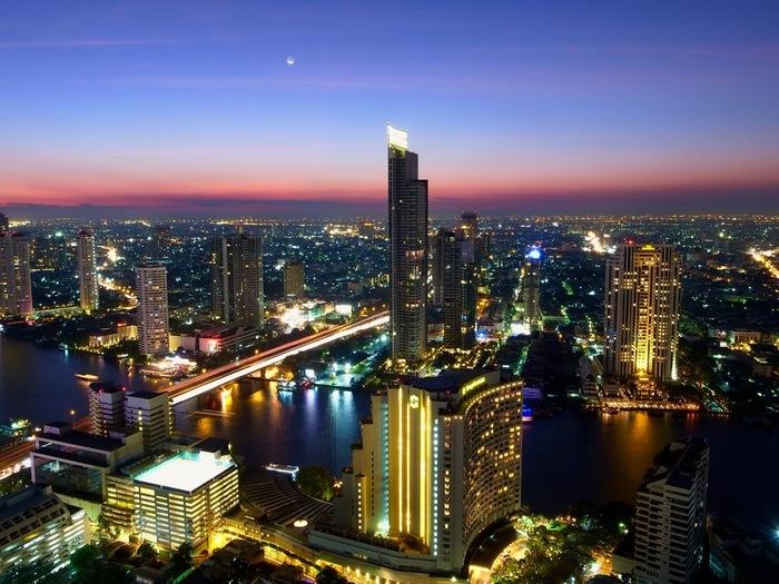 ほとんどの便はタイの首都バンコク行き。そこからチェンマイまでの距離は、約750㎞交通手段は飛行機、バス、電車と3種類ありますので、それぞれ予算とスケジュールに合わせて選ぶのがおすすめです。