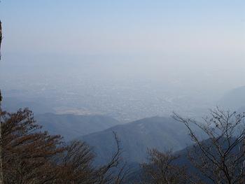山頂から京都の町を一望できる愛宕山(あたごやま、あたごさん)は、標高924Mと京都府最高峰。京都駅より市バスに乗って清滝停下車すぐと、市街地からのアクセスがよく気軽に行ける一方で、山歩きコースとしても十分な手応えがあります。