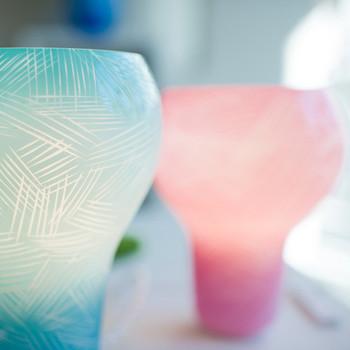 同じデザインの色違い「Holy -pink-」も。どちらもやさしい光でお部屋にふんわり、色を灯してくれます。