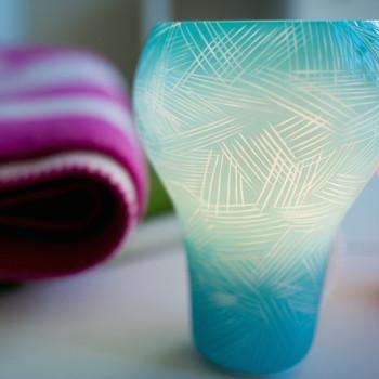 こちらは、「Holy -blue-」という名の照明。明かりを灯すと、淡く透けるブルーが美しくて見とれてしまいます。