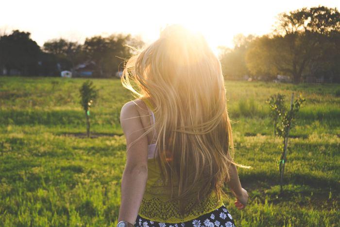 生理が終わってから排卵までの1週間が「卵胞期」。排卵に備えて「エストロゲン」が増え、子宮内膜は厚くなっていきます。それにともなってお肌の調子も安定。開放的で活動的な時期といえます。