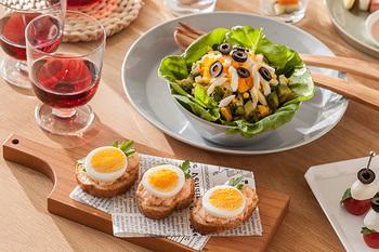 スライサーで切ったゆで玉子は断面が美しく、いつもの食卓に彩りを添えてくれます。例えばサンドイッチやパンに使用したり、角切りにしてサラダに使ってもいいですね。見た目も美味しそう!