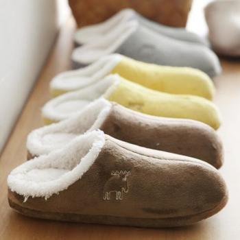 """両親へのプレゼントは、寒い季節を快適に過ごすためのアイテムを選んではいかが?こちらは、スウェーデン生まれのFARG&FORMが手掛ける「moz」の""""北欧エルク ルームシューズ""""。足をすっぽり包み込むようにフィットするもこもこボアが気持ちいい♪"""