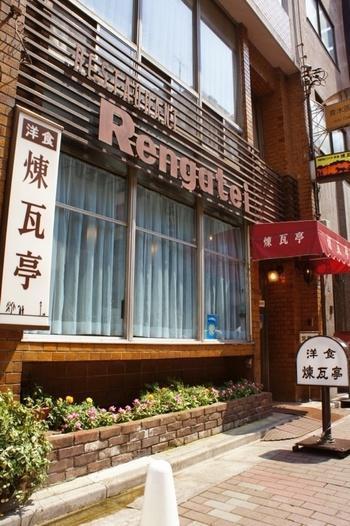 漢字のフォントとアルファベットの組み合わせがなんとも言えないノスタルジックな雰囲気を漂わせている煉瓦亭は、明治28年創業の老舗中の老舗。