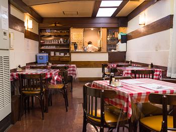 赤いチェックのテーブルクロスがまさにハイカラ。年季の入ったフロアもまた味わいを出してくれていますね。
