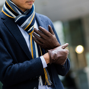 日本が世界に誇る高品質の手袋メーカー「クロダ」。生の革の状態から、なめし工程まで自社で行う、日本でも珍しい存在です。写真の手袋は、上質シープレザーとカシミア100%のこのうえなく贅沢な肌ざわり。また、マフラーは世界の有名美術館も認めた色彩美、「松井ニット」のリブ編みマフラー。大切な男性への贈り物におすすめ。