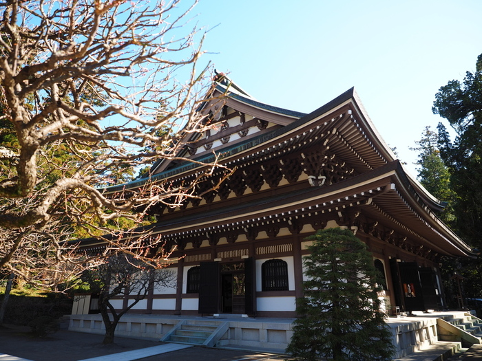 横須賀線・北鎌倉駅から徒歩1分の場所にある「円覚寺(えんがくじ)」。鎌倉特有の谷戸(やと)と呼ばれる谷に沿った形状の土地にあり、境内は山門から徐々に上へ向かって上っていくような造りになっています。また、坐禅や写経など、初心者でも参加しやすい行事が定期的に行われています。