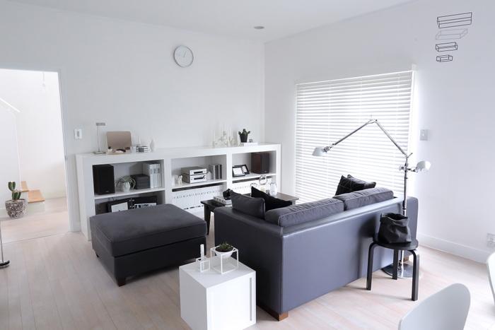 ちょい置きが積み重なって乱雑な雰囲気が生まれます。ソファやテーブル、椅子などの上にちょい置きしないように心がけるだけで、お部屋のきれいが長くキープできます。