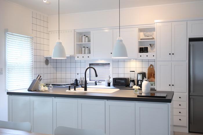 調理台の上はできる限り広い面積を開けるようにします。よほど頻繁に使う調理器具以外は定位置を決め、収納するようにします。広い面積が開いていると、お掃除もしやすくなります。