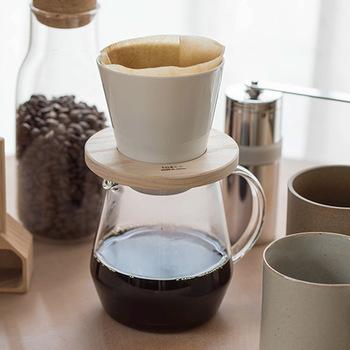 """こちらは、しっかりと濃い目なのに重くないコーヒーが抽出できる「ドーナツドリッパー」。白磁のドリッパーを急角度にしてコーヒーの層を厚くし、出口までにより多くのコーヒー粒にお湯がしみわたるよう設計されています。""""小鳥のさえずり""""と名付けられたサーバーとセットで、コーヒー好きのパートナーへ。"""
