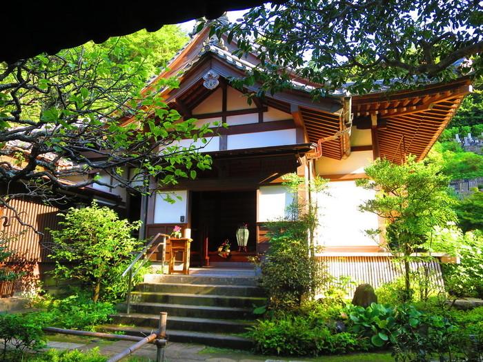 円覚寺の「如意庵(にょいあん)」で水・木・金に営業しているのが、茶寮「安寧(あんねい)」。山中に佇む「如意庵」は、どっしりとした厳かな空気に満ちています。