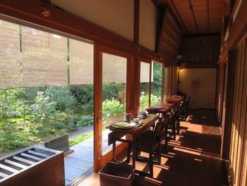 カフェスペースとして使用されている本堂は、自然豊かな庭園に面しています。窓に沿って並べられたテーブル席は、「安寧」の特等席。四季折々の景色を堪能できますよ。