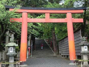 トレッキング初心者で、本格的な山はちょっと…という方も気軽にトライできるのが、京都市左京区にある吉田山(よしだやま)。表参道入り口から山頂に向かうルートは、道幅も広く登りやすく、途中には公園があって地元の方が子供連れで遊んでいたり、ほのぼのした雰囲気です。