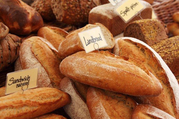 バゲットやカンパーニュなどは軽く焼いて、香ばしさとカリッと感を出しておくと、チーズと絡めたときの食感を楽しめます。くるみやレーズン入りのパンなども変化があっておいしいですよ。