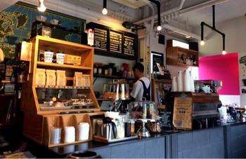 代々木公園駅から徒歩5分、代々木公園そばの「リトルナップコーヒースタンド」でコーヒーを。ニューヨークのコーヒースタンドのような雰囲気がとってもカッコいいですよ。
