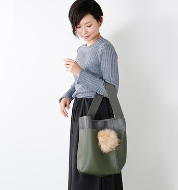 冬のイメージがつよいファーを身につけるのは、まだ少しはやいかな?そんなときは小物で取り入れてみるのはいかがですか?秋色のバッグにさりげなく季節を先取り。
