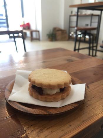さっくりとしたクッキーにレーズンクリームを挟んだ「レーズンサンド」も。こちらもテイクアウトできますよ。新宿御苑に持って行ってゆっくりと食べるのも良さそうですね。