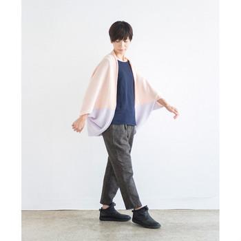 ドルマンスリーブでゆったりと着こなせる、リラックス感満載のカーデ。少し肌寒いときにさっと羽織れる気軽さがうれしい。