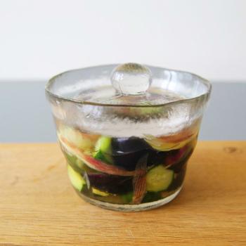 炊きたてのご飯のお供に浅漬けはいかがでしょう。こちらはKINTO(キントー)の「浅漬け鉢」。作り方もとっても簡単で、キュウリやキャベツ、ミョウガなどお好みの野菜を一口大にカットして、あとは1時間ほど漬けるだけ。