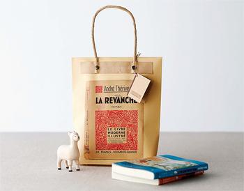 何の変哲もないクラフト封筒も、工夫次第でこんなにかわいらしいラッピングバッグになります。