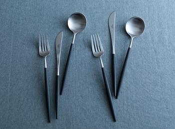 とても人気が高いポルトガルの「Cutipol(クチポール)」のカトラリー。極細な柄のラインと丸みのある柔らかなデザインが、とても洗練された美しさを感じさせます。洋食はもちろん、繊細な和食器とも合うといわれますので、ご両親へのプレゼントにぴったり。
