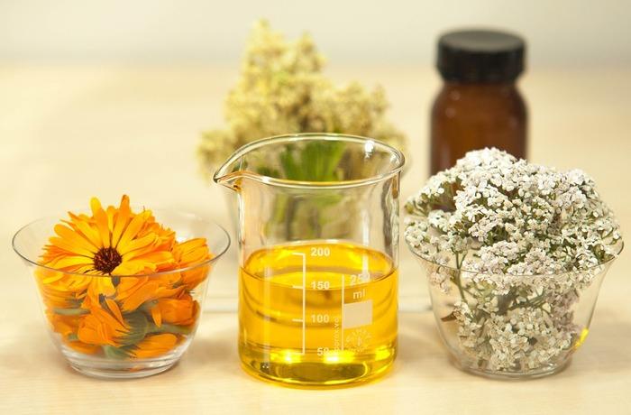 化粧水の前に、美容オイルをなじませたり、乳液にオイルを加えてお肌にうるおいを与えましょう。