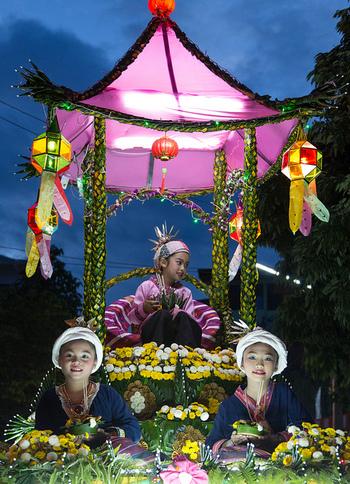 「イーペン祭」の見どころはこれだけではありません。チェンマイの大通りを美しく輝くフロートが沢山登場し、盛大なパレードも行われます。