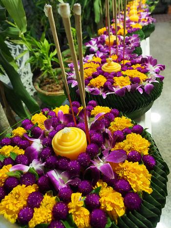 町の中では、色鮮やかなクラトンが売られいます。花やバナナの葉、色紙などいろいろな素材で工夫を凝らして作られており、これを見て歩くだけでも楽しめます。