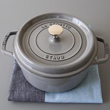 ■staub/ストウブ  大人気のホーロー鍋・ストウブは、煮る・蒸す・焼くのほか炊飯だってできちゃいます。つやつやの白米を炊くのはもちろん、炊き込みご飯なら具材の旨みが逃げず、深い味わいに。そのまま食卓に出せる、可愛いらしい見た目も素敵です。