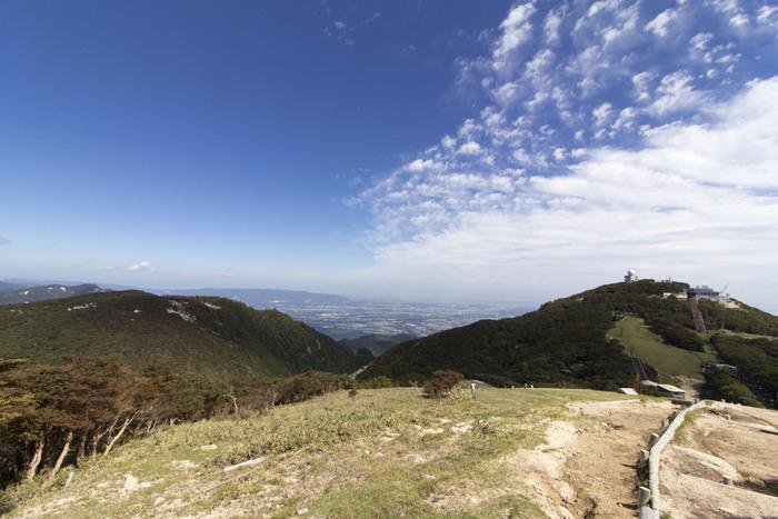 山頂付近には見晴台、お天気の日には富士山が見える富士見岩展望台、琵琶湖が見える望湖台など、絶景スポットがたくさん!グリーンシーズンには、スキーゲレンデを通って山頂までのプチ登山を楽しむことができます。御在所ロープウェイのホームページではレベル別に3つの散策コースを案内してくれていますので、ぜひ参考にしてみてください。