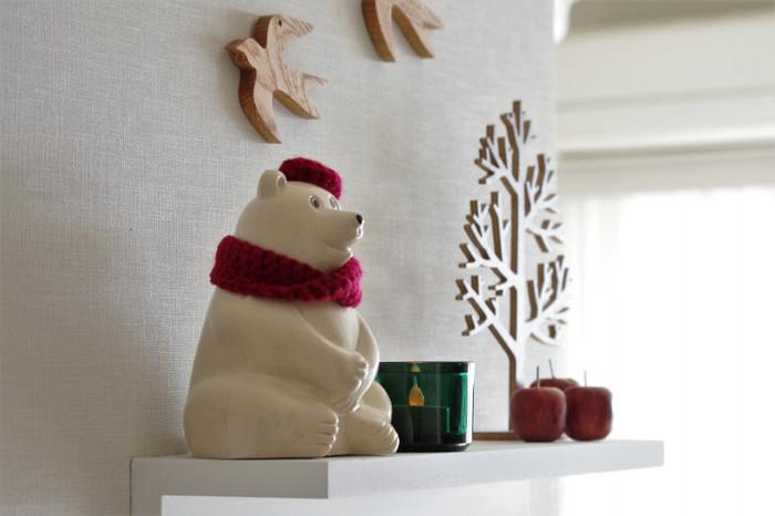 「サチ…あれ♪ ~北欧インテリア~」のサチさん宅のクリスマスディスプレイは赤がアクセントに。普段のディスプレイに赤い小物を加えることで一気にクリスマスムードに。  北欧雑貨の定番・白くま貯金箱も赤いマフラーとベレー帽でおめかし♪奥のりんごのオブジェは100円ショップのものなんだとか。
