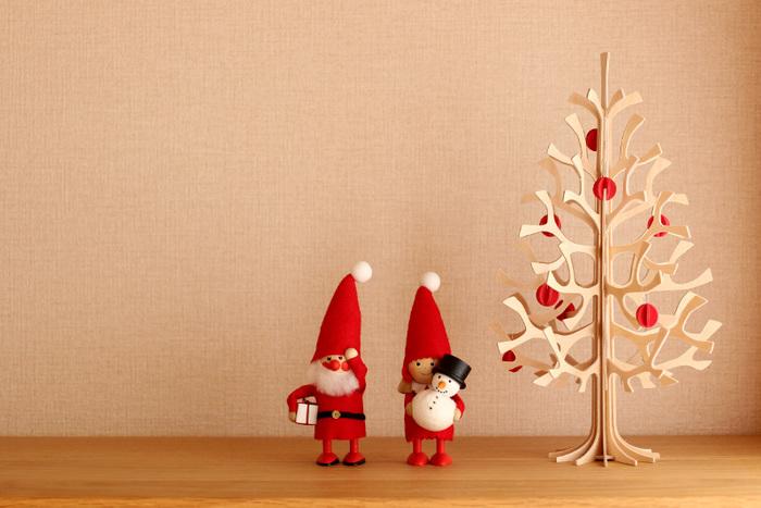 インテリア好きさんならご存知の「lovi」(ロヴィ)のツリーオブジェ。ペーパークラフトのように見えますが、フィンランドの白樺の木からできているんです。ちょっとしたスペースに置くことができる直径18cm。「ノルディカニッセ」の人形とも相性◎  ちょこんと置くだけで素敵なディスプレイコーナーの完成です。