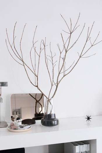 フローラからダイナミックにのびる枝。まるでトナカイの角のようですね。ツリーが飾れない寝室や玄関などにもおすすめのディスプレイです。