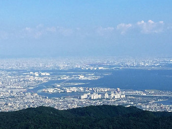 関西でロープウェイで登ることができるスポットといえば、六甲山(ろっこうさん)を外すことはできません。山頂から見る、神戸・大阪の町を見下ろす景色は圧巻です。