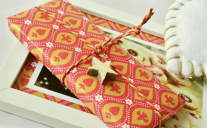 写真のように木製の星をあしらったり、オーナメントをプレゼントのひもに掛けるのも素敵ですね。