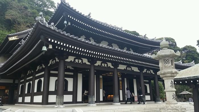 江ノ電・長谷駅から徒歩5分の場所にある「長谷寺(はせでら)」は、あじさいで有名な鎌倉の人気スポット。山の斜面に沿って境内が造られており、鎌倉の海や街並みを見渡せる景勝地としてもよく知られています。
