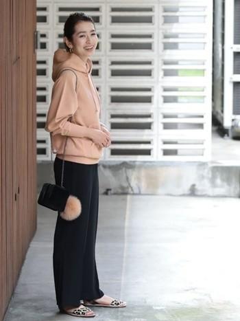 トレーナーは今年人気のグレイッシュなピンクベージュをチョイス。シンプルな黒のパンツと合わせると、ぐっと上品な雰囲気になります。