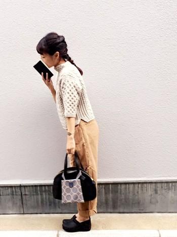 5分丈だったり、スリットが入っていたり、ですっきり着こなしやすいデザイン。カジュアルな印象のローゲージニットに、きちんと感のあるバッグを合わせるバランス感覚がお見事なコーデです。