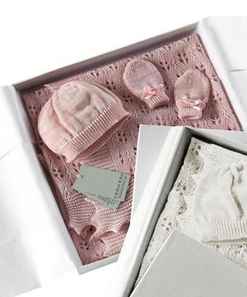 キャサリン妃もご愛用とのことで日本でも名を馳せた、英国老舗ブランド「G.H.HURT & SON (ジーエイチハートアンドサン)」のベビーショール・帽子・手袋の3点セットです。こうしたブランドのセットアイテムは自分ではなかなか買わないだけに、贈られると嬉しい出産祝いのひとつかもしれません。