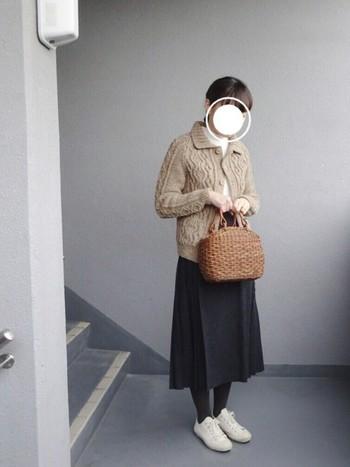 ニット×かごバッグの斬新な組み合わせ。かごバッグの目が詰まっているせいか、不思議としっくりきていますね。アイテム一つ一つはシンプルなのに印象的です。