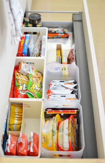 食材のストック品は立てて収納すると見やすくなります。賞味期限が見える方を上にしておくと、使い忘れを防ぐことができるようになります。ストックは収納場所に入るだけ、と決めておけばごちゃごちゃになることはありません。
